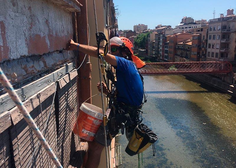 Treballs verticals per rehabilitar façana posterior, Girona
